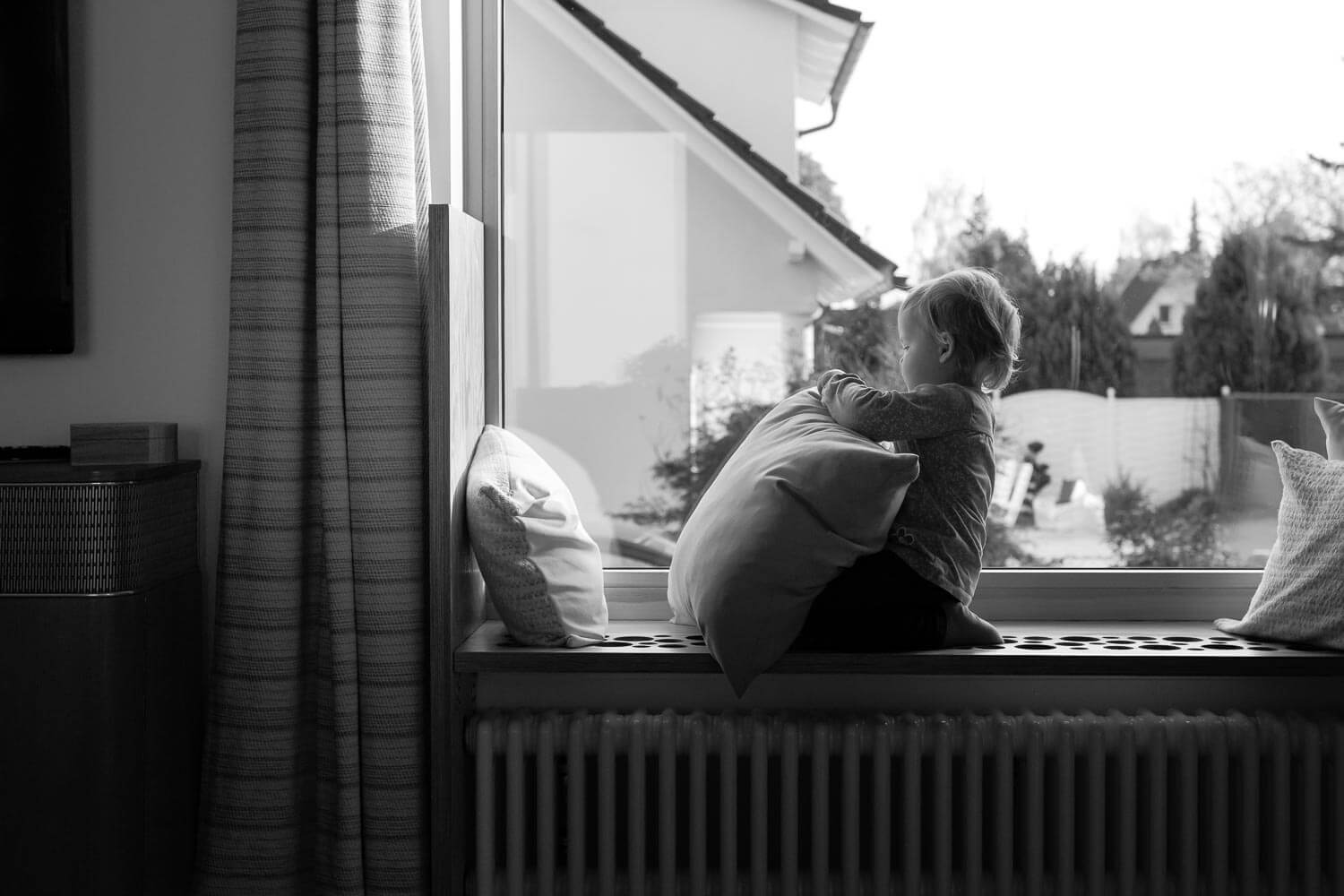 familienreportage-homestory-kind-am-fenster-01